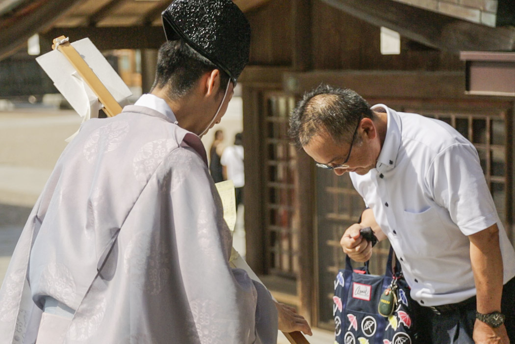 WEB_5d-4964-Izumo-shrine-monk-bowing-Screen